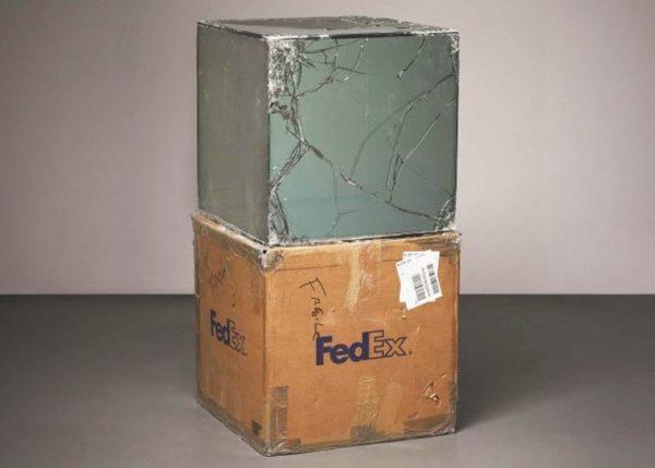 szklana galeria z produktów przewożonych przez FedEx